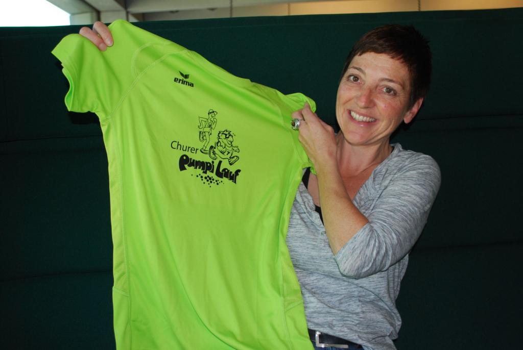 Melanie Salis anlässlich des Interviews mit dem offiziellen T-Shirt
